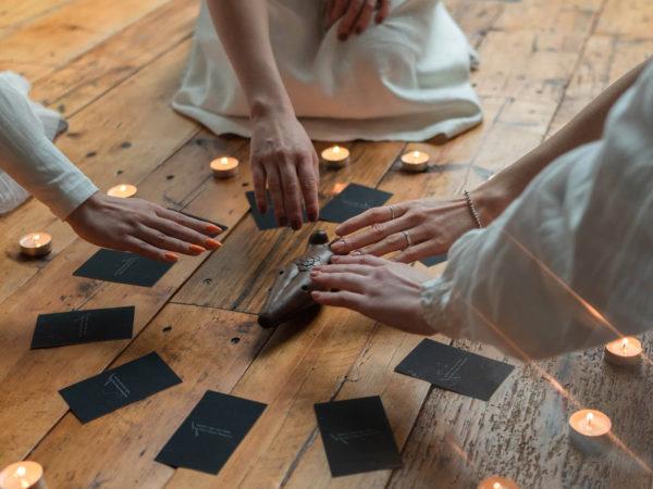 cartomante entra i contatto con i morti e gli spiriti